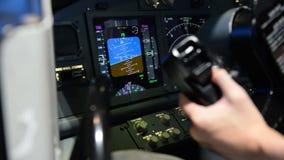 El panel de exhibición de la carlinga mientras que los aviones dan vuelta a left and right almacen de metraje de vídeo