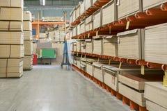 el panel de fibras de madera y el conglomerado cubre en estantes en la tienda de los materiales de construcción foto de archivo libre de regalías