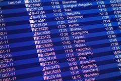 El panel de información del vuelo en el aeropuerto internacional capital de Pekín Imagenes de archivo