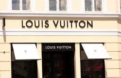 El panel de la muestra de Louis Vuitton Logo en tienda Louis Vuitton es fabricante de gama alta famoso de la casa de moda y una c imagen de archivo libre de regalías
