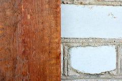 El panel de la pared de ladrillo y de madera imágenes de archivo libres de regalías