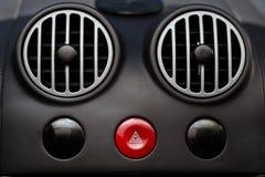 el panel de la rejilla del acondicionador de aire del coche en la consola Imagen de archivo libre de regalías