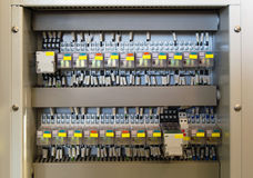 El panel de la retransmisión con las retransmisiones y los alambres Imagen de archivo libre de regalías