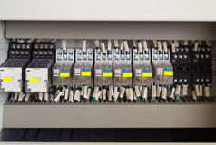 El panel de la retransmisión con las retransmisiones y los alambres Imagenes de archivo