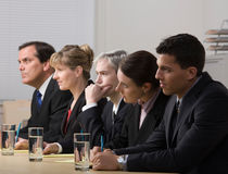 El panel de los trabajadores que conducen una entrevista de trabajo Imagen de archivo