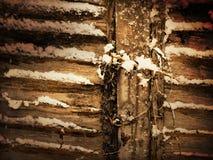 El panel de madera de la cerca en la nieve Imagenes de archivo