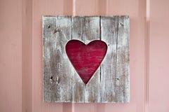 El panel de madera hecho a mano del corazón de la tarjeta del día de San Valentín del St en la puerta Fotografía de archivo libre de regalías