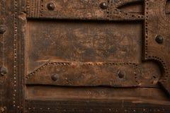 El panel de madera viejo con los pernos prisioneros del hierro Foto de archivo libre de regalías