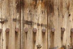 El panel de madera viejo del tablón con Rusty Iron Nails Texture forjado Imagen de archivo libre de regalías