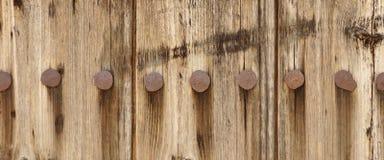 El panel de madera viejo del tablón con Rusty Iron Nails Texture forjado Fotos de archivo