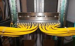 El panel de remiendo de cobre de la red en un centro de datos Foto de archivo libre de regalías