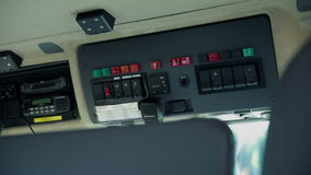 El panel del comando dentro del coche de bomberos metrajes