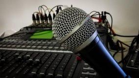 El panel del expediente del mezclador del micrófono y de sonidos Imagen de archivo