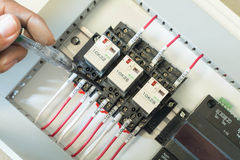 El panel eléctrico con los fusibles y los contactores Imagen de archivo
