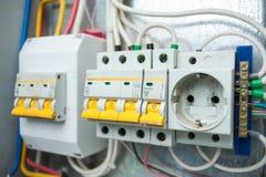 El panel eléctrico Interruptores y zócalo en el escudo eléctrico Fotos de archivo
