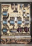El panel eléctrico viejo del servicio foto de archivo