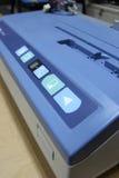 El panel electrónico del tablero, presiona el botón de impresión. Fotos de archivo