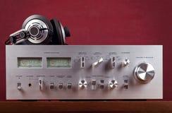 El panel frontal del amplificador estéreo del vintage con los metros del VU Imagen de archivo libre de regalías
