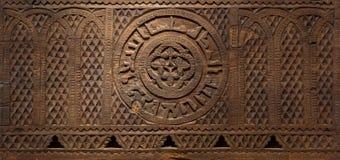 El panel grabado de madera del estilo de la era de Mamluk adornado con los modelos florales y geométricos Imagenes de archivo