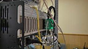 El panel, interruptor y cable de la red en centro de datos almacen de video