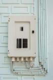 El panel, la caja del fusible y el poder eléctricos instalan tubos la línea Imagen de archivo
