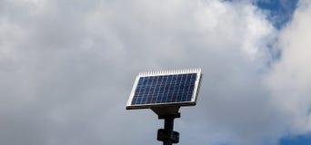 El panel solar adentro con el fondo de la nube imagen de archivo libre de regalías