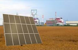 El panel solar ante la central nuclear Temelin, República Checa Imagen de archivo