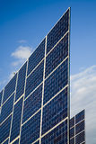 El panel solar contra el cielo azul imagenes de archivo