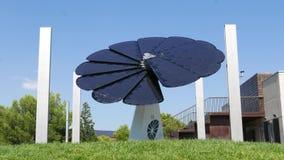 El panel solar de la flor sigue el sol almacen de video