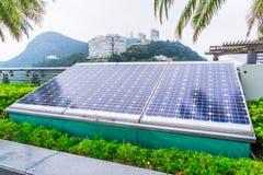 El panel solar en campo herboso en ciudad fotos de archivo