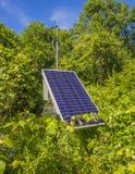 El panel solar en el ajuste verde Imágenes de archivo libres de regalías