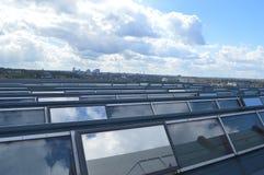 El panel solar en el tejado de la fábrica imagen de archivo