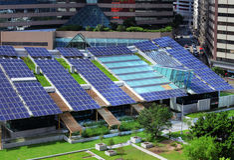 El panel solar en el top del tejado del edificio Imagenes de archivo