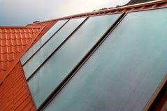 El panel solar en la azotea de la casa. Fotos de archivo libres de regalías