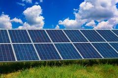 El panel solar en un campo Fotografía de archivo