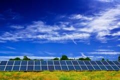El panel solar en un campo Imagenes de archivo