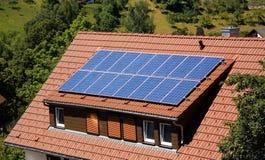 El panel solar en una azotea imagen de archivo