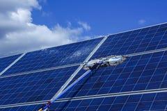 El panel solar, fuente alternativa de la electricidad - concepto de recursos sostenibles, éste los sistemas de seguimiento del so fotografía de archivo libre de regalías
