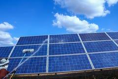 El panel solar, fuente alternativa de la electricidad - concepto de recursos sostenibles, éste los sistemas de seguimiento del so imagen de archivo libre de regalías