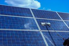El panel solar, fuente alternativa de la electricidad - concepto de recursos sostenibles, éste los sistemas de seguimiento del so fotografía de archivo