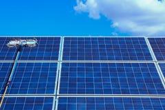 El panel solar, fuente alternativa de la electricidad - concepto de recursos sostenibles, éste los sistemas de seguimiento del so fotos de archivo