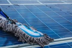 El panel solar, fuente alternativa de la electricidad - el concepto de recursos sostenibles, y éste es un nuevo sistema que puede imagenes de archivo