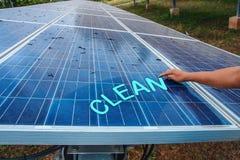 El panel solar, fuente alternativa de la electricidad - el concepto de recursos sostenibles, y éste es un nuevo sistema que puede foto de archivo
