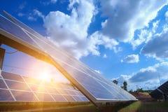 El panel solar, fuente alternativa de la electricidad - el concepto de recursos sostenibles, y éste es un nuevo sistema que puede fotografía de archivo
