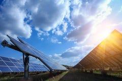 El panel solar, fuente alternativa de la electricidad - el concepto de recursos sostenibles, y éste es un nuevo sistema que puede fotografía de archivo libre de regalías