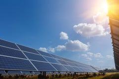 El panel solar, fuente alternativa de la electricidad - el concepto de recursos sostenibles, y éste es un nuevo sistema que puede fotos de archivo