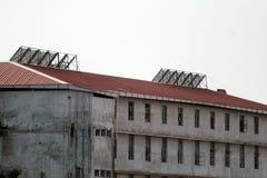 El panel solar montado en escuela imagenes de archivo