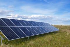 El panel solar produce energía verde, respetuosa del medio ambiente Fotografía de archivo libre de regalías