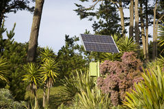 El panel solar que mezcla en alrededores Fotografía de archivo