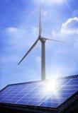 El panel solar y molino de viento